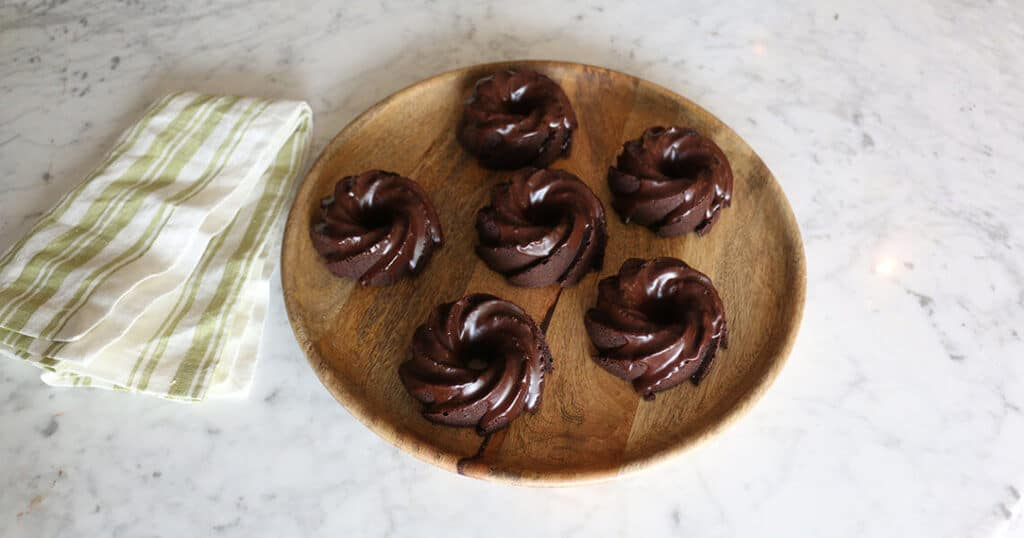 A photo of Mini Chocolate Cakes on a plate.