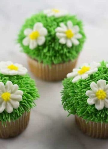 A photo of Easter Daisy Cupcakes.