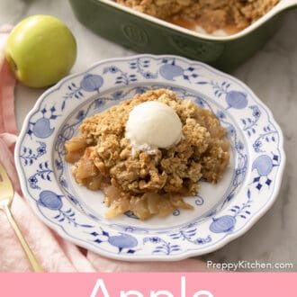 Apple crisp oon a blue and white plate.